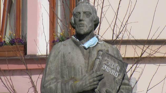 Sochu na náměstí Republiky v Soběslavi někdo ozdobil rouškou.