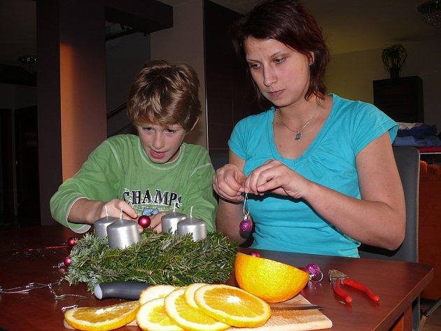 Michaela Ferešová se svým synovcem Erikem vyrábějí adventní věnce každý rok.