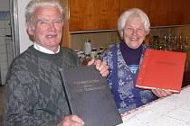 NAD KRONIKAMI.  František Suchan s manželkou Vlastou tvoří při psaní kroniky nerozlučný pár. Manželka  při natáčení obecních dokumentů dělá Františku Suchanovi často figurantku.