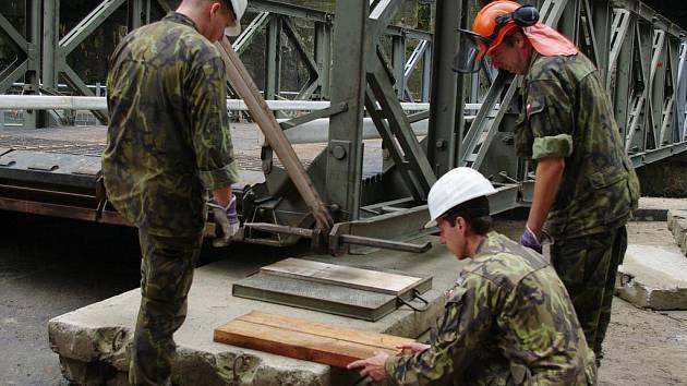 Bechyňští ženisté stavějí mosty.