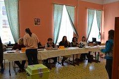 Momentky z volební místnosti na táborském náměstí Mikuláše z Husi.