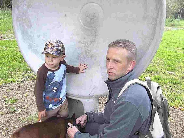 Adámek s tátou Tomášem Diartem u akustického zrcadla.