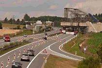 Dálnici překlene železniční most.