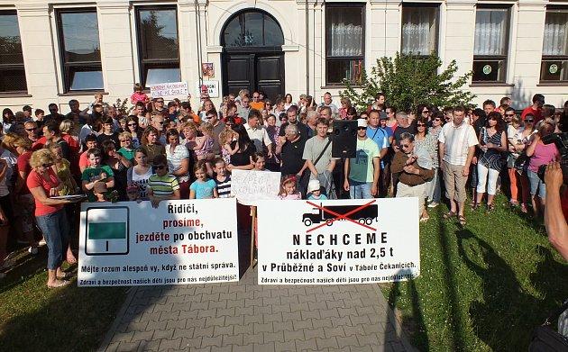Proti nákladní dopravě v Čekanicích již i demonstrovali.