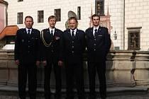 Příslušníci Hasičského záchranného sboru na Státním zámku Třeboň převzali medaile z rukou ředitele jihočeského sboru Lubomíra Bureše.