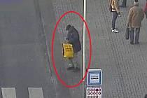 Policisté žádají veřejnost o pomoci při pátrání po totožnosti muže, jehož fotografii se kriminalistům podařilo získat při šetření jednoho z prověřovaných případů.