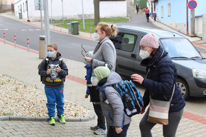 Mladovožické děti se vracely do školních lavic.