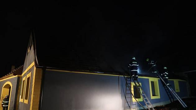 Zatím miliónová škoda byla vyšetřovatelem HZS vyčíslena po pátečním požáru střechy domu v Dírné, části obce Lžín.