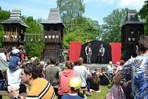 Kolem tisícovky lidí se o víkendu sešlo pod věží hradu Šelmberk na Mladovožicku, kde se konal již čtrnáctý ročník Festivalu historických řemesel.