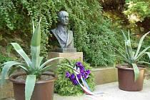 Busta Edvarda Beneše na jeho hrobce.