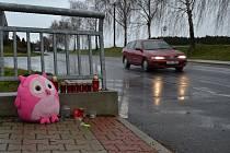Na místě tragické nehody v Hlinici se již dnes objevily hračky a svíčky.
