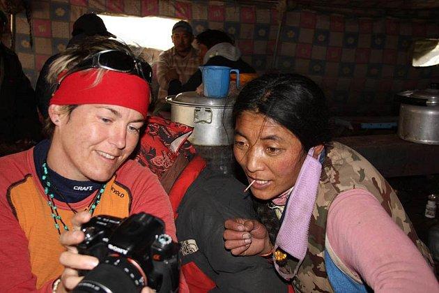 Jedna z posledních výprav Simony Broukalové vedla do Himalájí, konkrétně do Tibetu.  Snímek pochází ze stanu pod posvátnou horou Kailas, kde místní obyvatelé nabízejí cestovatelům občerstvení.