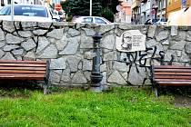 Do návrhu jsou zakomponované dva kameny, písmo musel Teodor Buzu malovat ručně, protože nenašel žádný vhodný font. Návrh vznikal půl roku. Samotnou nerezovou desku s portrétem Lumíra Slabého vyrobí počítač.