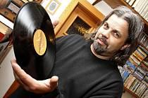 Černé desky a gramofony jsou pro Stanislava Fuku vášní, kterou se rád pochlubí. Doma pořádá výstavy přístrojů.