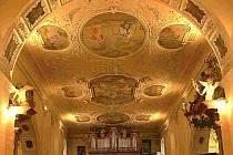 Vzácné štuky a fresky klokotského kostela.