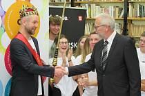 O titulu Zlatý Ámos letos nerozhodovala porota, ale semifinalisté z jednotlivých regionů. Nejvíce hlasů od nich obdržel Tomáš Míka z Gymnázia Pierra de Coubertina v Táboře.