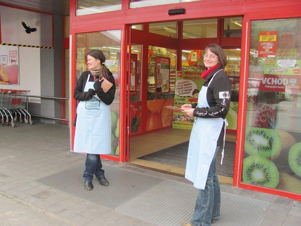 Dobrovolnice u vchodu zákazníky vítaly a sbírku vysvětlovaly.