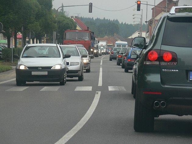 Nekonečné kolony, které se v Plané nad Lužnicí tvoří především v ranní a odpolední špičce, by měly být po zprovoznění dálnice minulostí