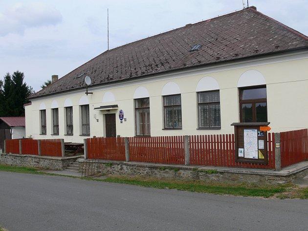 V BUDOVĚ ŠKOLY je nyní společenský sál a obecní úřad.