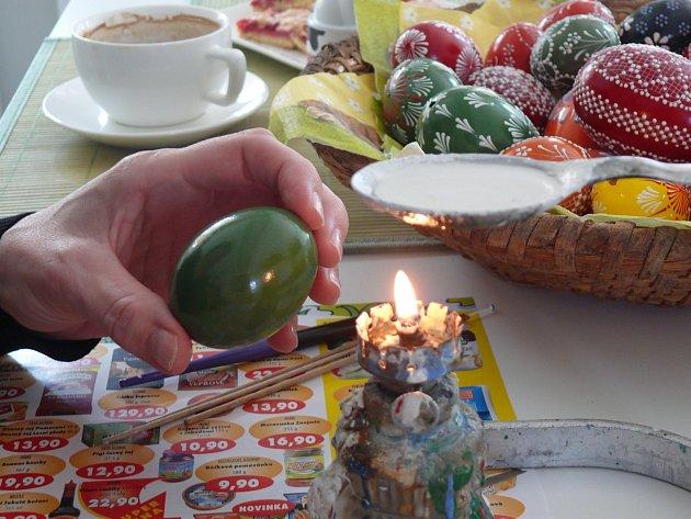 1. ZÁKLADNÍ VZOR. Do špejle či tužky zapíchnete špendlík, nad svíčkou či kahanem si rozehřejete bílou voskovku. Vždy se začíná centrálním motivem, směrem ke středu.