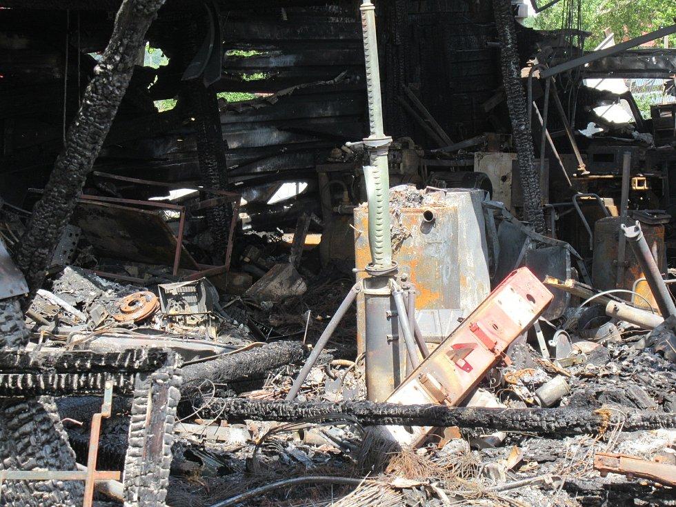 Při nočním požáru ze soboty 25. na neděli 26. července shořela dílna i kamion zaparkovaný vedle ní.