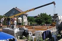 """LOKALITA """"ZA HORŇÁKEM"""".  Jedenáct nových parcel, jedenáct rodinných domů. Kompletně zasíťovaná lokalita se prodávala za cenu 400 korun za metr čtvereční.  Výstavba pokračuje individuálně."""
