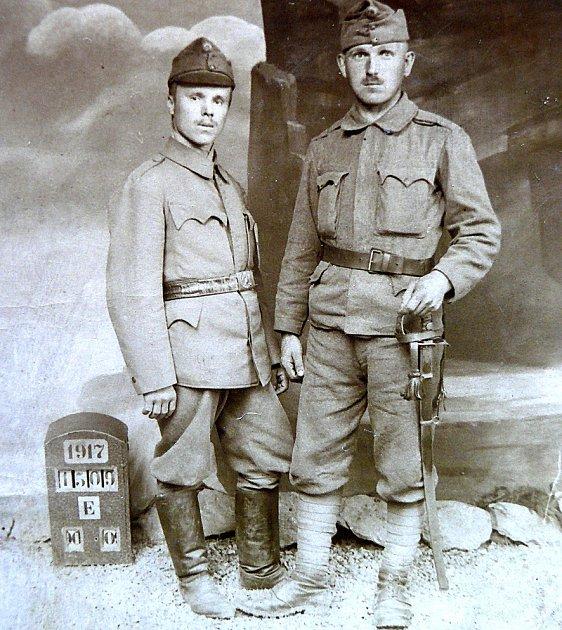 Václav Přívozník (vlevo) je vyfotografovaný skamarádem zvojny.