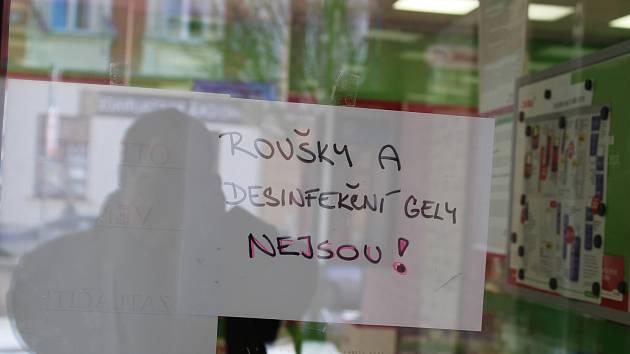 Lékárna Dr. Max na třídě 9. května v Táboře je bez roušek.