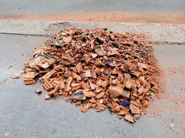 Část chodníků vBudějovické ulici vTáboře je uzavřena kvůli popadaným střešním taškám.