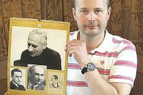 Starosta obce Pavel Novák ukazuje kalendář, který Karlu Ančerlovi v roce 2008 věnovala Česká filharmonie, kterou tučapský rodák v padesátých letech přivedl na vrchol.