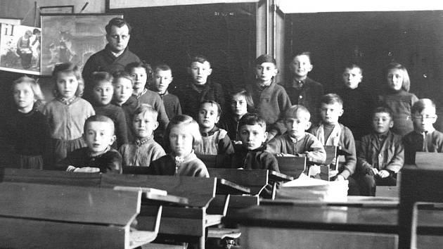 VE TŘÍDĚ. Fotografie z roku 1956 zachycuje řepečské děti s učitelem Karlem Doubkem.