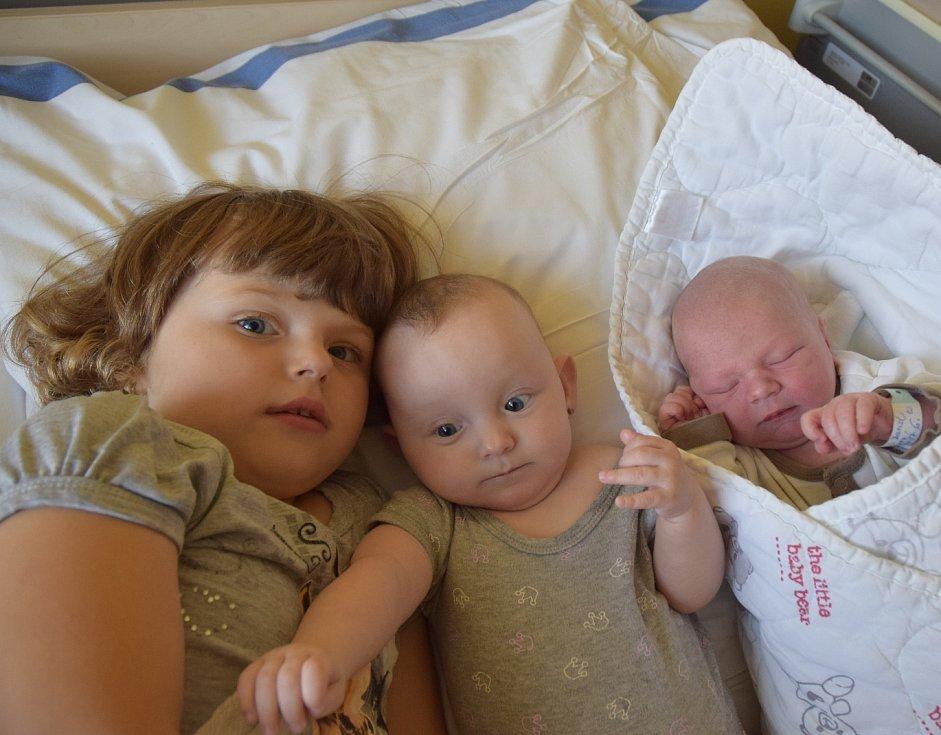 David Kášek z Čekanic (na snímku vpravo). Narodil se 5. září v 6.20 hodin. Vážil 3790 gramů, měřil 52 cm a má sourozence Alexe (7) a Kristýnku (3). V porodnici se s ním vyfotily sestřenice Natálka (3) a Karolínka (1/2 roku).