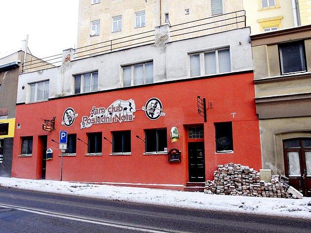 Po klubu zbyl jen nápis, interiér ještě nedávno připomínaly zbytky cihlového baru.