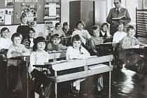 Se svojí třídou je na snímku v roce 1972 zachycený učitel František Čížek. Ivana Komínová, tehdy Kabešová, chodila v tu dobu do třetí  třídy.