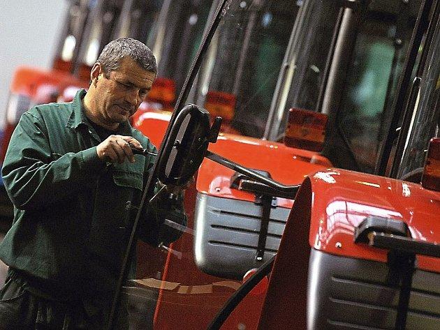 Starší pracovníci ve výrobě i v komerčních službách mají nižší platy než jejich mladší kolegové.