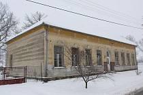 Objekt bývalé řevnovské školy dnes skýtá zajímavé prostory k nevšednímu bydlení.  Toho možná využije i nová majitelka.