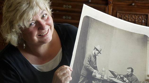 Marie Šechtlová ukazuje nejslavnější snímek, který pořídil její pradědeček, kolem roku 1870.