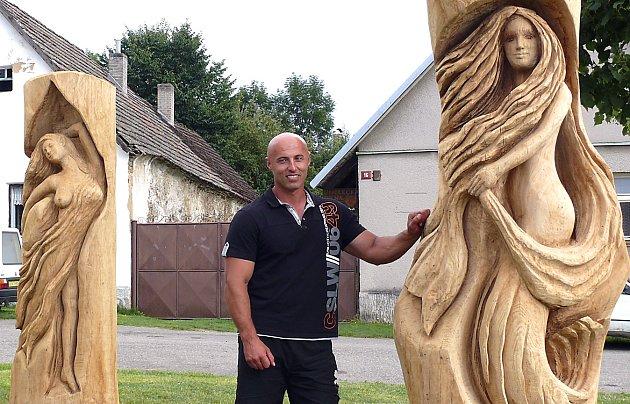 První obcí, kde již  dřevěné sochy stojí,  jsou Vilice.  Tři víly,  které spolu tančí a připomínají tak vznik názvu obce, vytesal  sochař Jiří Nekola (na snímku). Další odhalení soch připravili na pátek Borotínští. Uskuteční se v  18 hodin.