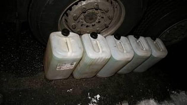 Někdo navrtává nádrže u aut a krade naftu