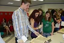 OBDIVOVALY TISKY. Martin Klejna, Kristýna Multušová, Aneta Heřmanová a Veronika Kraifová (zleva), spolužačky z 1.A zemědělské školy, včera dopoledne obdivovaly v táborské knihovně Benátskou bibli z roku 1506, která je uložena ve Zlaté Koruně