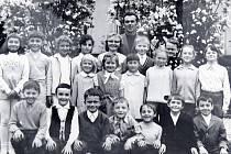 TŘÍDNÍ FOTOGRAFIE. Snímek z roku 1974 s učitelem Blažkem, který byl na škole až do jejího konce.