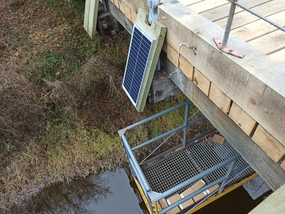 Systém Smart Timber Bridge je monitorovací zařízení, které hlídá statickou bezpečnost dřevěných mostů, jejich případné přetížení nebo počínající poruchy. Foto: archiv Správa a údržba silnic Jihočeského kraje