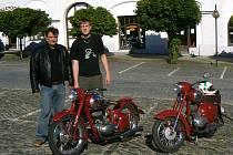 Členové Veteran Car Clubu Soběslav s dalšími příznivci jawy z celé republiky se vydají na svých strojích do Francie. Na snímku je Miloslav Kaňka (vpravo) a Jan Pehe.