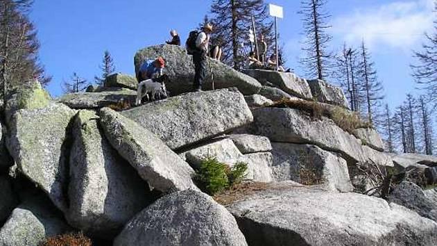 Vrcholovou skalku nejvyšší hory české Šumavy tvoří rozpadajícími se žulové bloky.