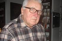 Ani ve čtyřiaosmdesáti letech se skalpelu nevzdal. Každé dva týdny jezdí operovat do táborské polikliniky ke kolegovi Miroslavu Křížovi.