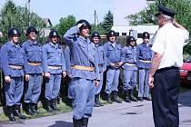 NÁSTUP. Na oslavách 130. výročí SDH Jistebnice předváděli hasiči zásah s historickou technikou. Po nástupu salutují veliteli zásahové jednotky.