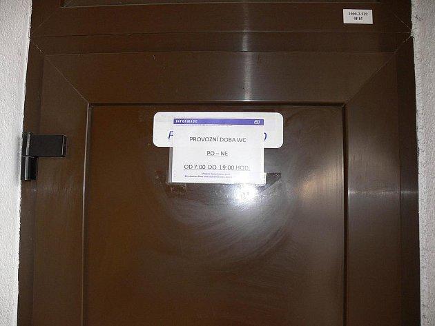 Pokud jsou toalety na peronu žamčené, použijte WC přímo v bistru.