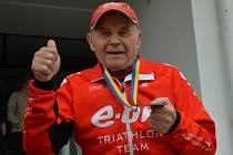 1) Jihočech Karel Schneider se sportu věnuje téměř od narození. Procestoval celou Českou republiku, jako profesionální voják se nakonec usadil v Táboře, kde se mu líbí. Přestože je mu 87 let, má velkolepé plány. Chce se nadále věnovat triatlonu a závodit
