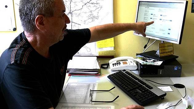 Vedoucí registru vozidel Milan Janíček ukazuje, kde je v systému chyba.