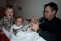 """Štěpánek a Natálka, oba tříletí, rádi poslouchají svého taťku, když hraje na trubku. Na otázku, které profesi se jednou chtějí v životě věnovat, oba shodně odpovídají: """"Budu trumpetista,"""" zatímco Robert Šmíd hraje a myslí si své."""